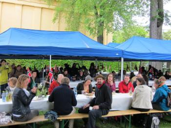 UiO staff enjoying refreshments in the University Garden downtown.