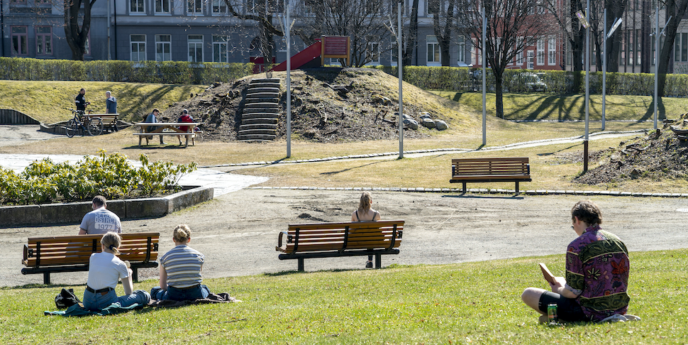 People in the park of Lademoen in Trondheim keeps the required distance in corona times. How we deal with the pandemic and how we are afterwards varies, among other things based on what kind of personality we have from birth. (Photo: Gorm Kallestad / NTB scanpix)