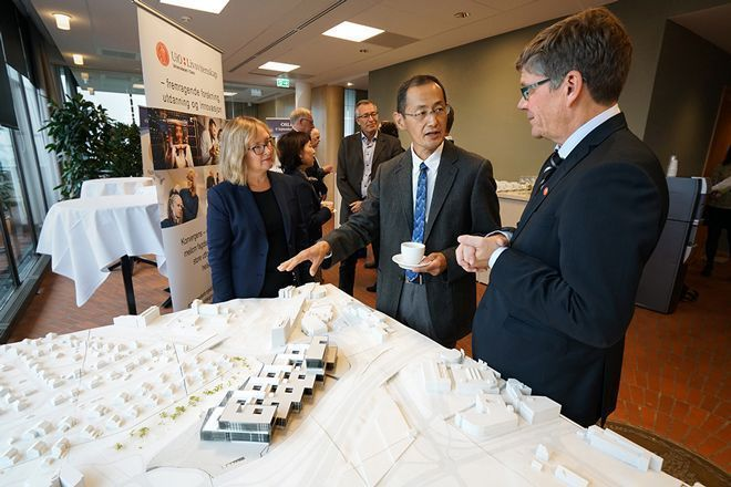 Yamanaka also got to hear about the university's plans for a new life science building when he met Rector Svein Stølen and Pro-Rector Gro Bjørnerud Mo. Yamanaka´s visit coincided with the visit of Minister of Education and Research Torbjørn Røe Isaksen, who came to UiO with promises of a start-up grant for the building. Photo: Terje Heiestad/UiO