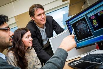 What causes some people to develop hallucinations, delusions, severe depression or excitable, manic phases? Researchers are working to find answers to this at the Norwegian Centre for Mental Disorders Research (NORMENT), a centre of excellence. The centre isa collaboration between the Faculty of Medicine at UiO, the University of Bergen and Oslo University Hospital. It is headed by Professor Ole A. Andreassen at UiO (to the right of the picture). Read about how genes influence the brain. Read about a nasal spray device for mental illness. See also NORMENT's web page. Photo: © UiO/Øystein H. Horgmo