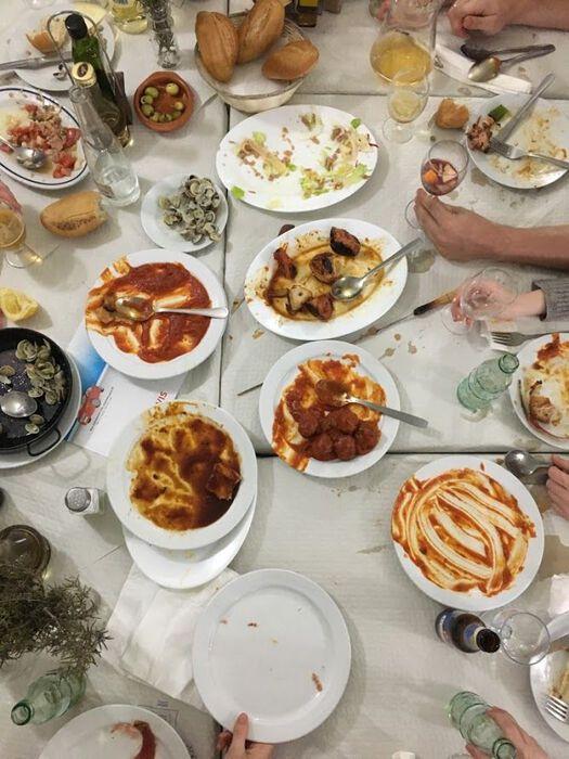 Mye ulik mat på tallerkener på et bord.