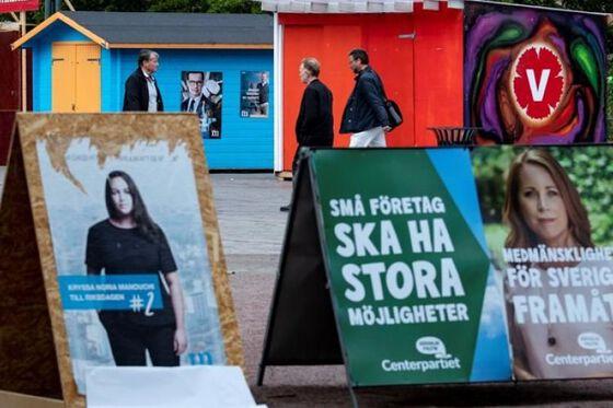 Mennesker som går og valgplakater. Collage.