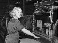 Ung, kvinnelig tekstilfabrikkarbeider