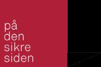 """""""På den sikre siden"""". Den teksten står på en rød vegg med skygge bak. Logo."""