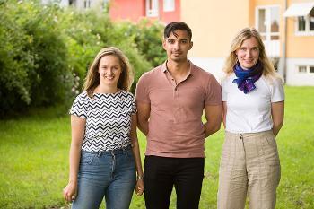 Tre unge studenter ved siden av hverandre