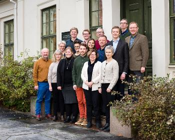 Studiedekan og studenter fra Universitetet i Oslo, Universitetet i Bergen, NTNT og Universitetet i Tromsø samlet på en trapp