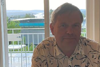 Ivar Alver på sitt hjemmekontor