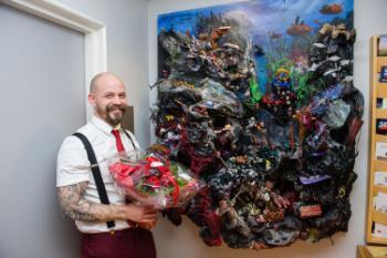 Kunstner Tor Gustav Molt avduket kunstverket Drømmen på Rikshospitalet.