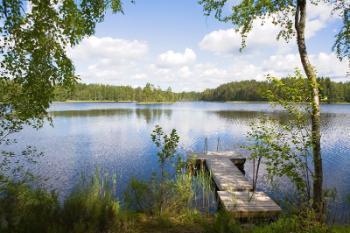 Brygge med utsikt over en innsjø.