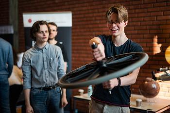 student blåser såpebobler og smiler til kamera på Åpen dag 2020