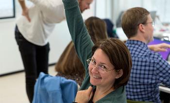 dame rekker opp hånden i klassen