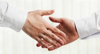 Bildet kan inneholde: hånd, hud, finger, spiker, gest.