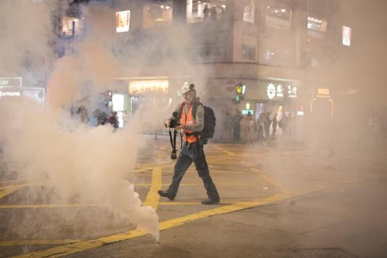 Bildet kan inneholde: bygning, forurensing, røyk, brann, by.
