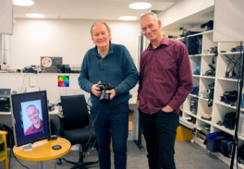 Fotografene på SV- fakultetets fotoservice Tron Trondal og Lasse Moer i studioet,