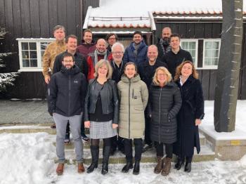 Bildet kan inneholde: sosial gruppe, snø, vinter, team, begivenhet.