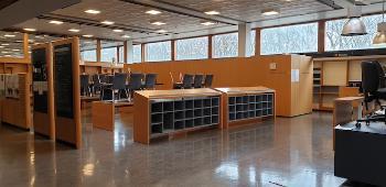 Lyst og stort rom med stoler som står oppå pulter