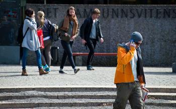 Bildet kan inneholde: mennesker, fotgjenger, snapshot, gate, standing.