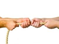 To par hender som drar i et tau i hver sin retning