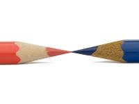 Rød og blå blyant lagt med spiss mot hverandre