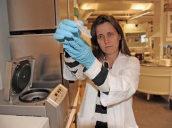 Fernanda Cristina Petersen i laboratoriet.