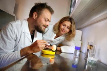 Hedvig Nordeng sammen med Lars Peter Engeset Austdal i laboratoriet.