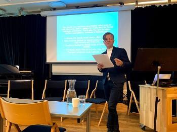 Bildet kan inneholde: presentasjon, seminar, akademisk konferanse, offentlig tale, projeksjonsskjerm.
