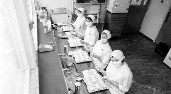 Arkivfoto av laboratoriearbeid på FHIs influensalaboratorium i 1962.
