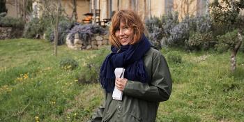 Ellen Sofie sammen med bikkja Malva ute på gress