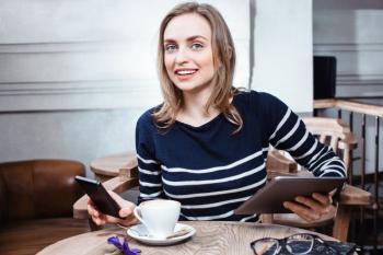 Bildet kan inneholde: kaffe kopp, serveware, sittende, tallerken, kopp.