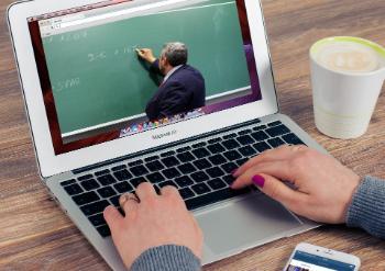 Bildet kan inneholde: teknologi, elektronisk apparat, data-tastatur, laptop, datamaskin.