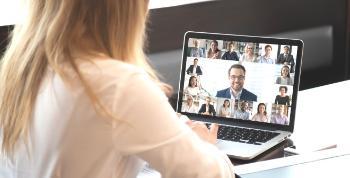 Blond kvinne foran en skjerm med et videomøte