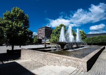Bildet kan inneholde: fontene, vann, himmel, vannfunksjon, dagtid.