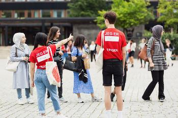 Bildet kan inneholde: mennesker, rød, ungdom, øyeblikksbilde, turisme.