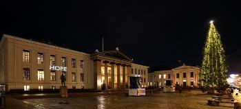 Bildet kan inneholde: natt, vindu, arkitektur, fasade, mørke.