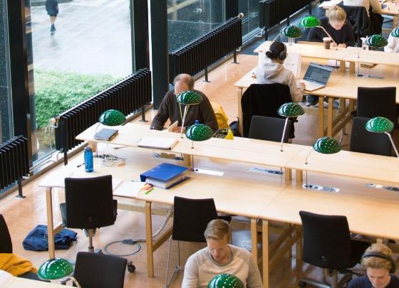 Bildet kan inneholde: bord, møbler, stol, skrivebord, samfunnet.