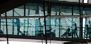 Bildet kan inneholde: glass, arkitektur, dagslys, vindu, jern.