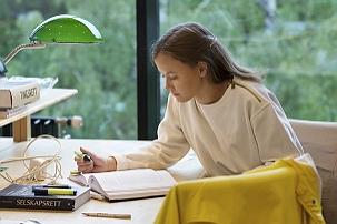Kvinne på lesesalen