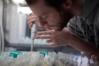 Forsker på laboratorium