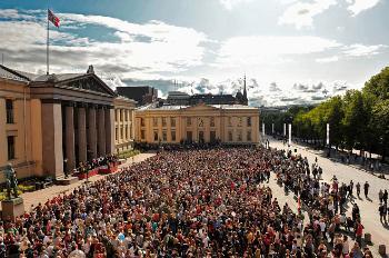 Bildet kan inneholde: publikum, mennesker, publikum, offentlig område, begivenhet.