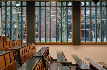 Bildet kan inneholde: bygning, arkitektur, rom, vindu, glass.