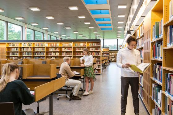 studenter på lesesal