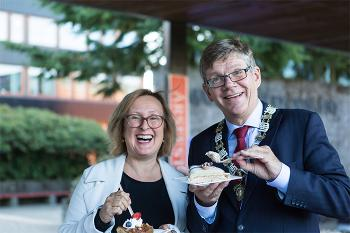 Prorektor Gro Bjørnerud Mo og rektor Svein Stølen spiser kake