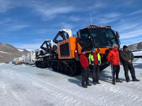 Bildet kan inneholde: snø, transportere, geologisk fenomen, kjøretøy, vinter.
