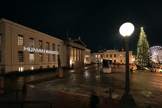 Bildet kan inneholde: natt, vindu, by, by, offentlig område.