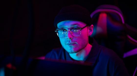 Ung mann foran dataskjerm
