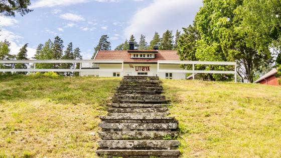 Bilde av hovedbygningen på hovedøya. Forgrunnen viser en lang og bratt steintrapp opp mot bygningen.