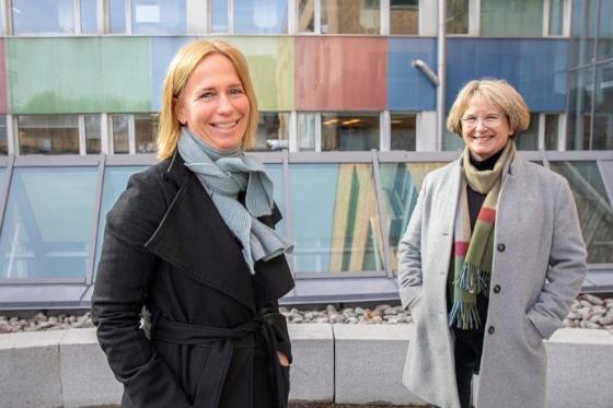 Bildet viser Barneombud Inga Bejer Engh og Forsker Anne Rønneberg utenfor en byggning