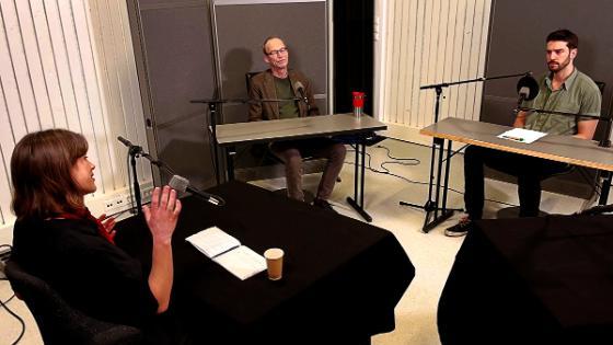 Bildet kan inneholde: yttertøy, bord, frakk, musiker, interaksjon.