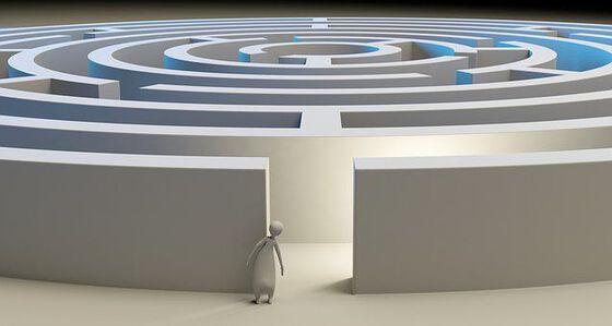 Illustrasjonsbilde - person ved inngang til labyrint
