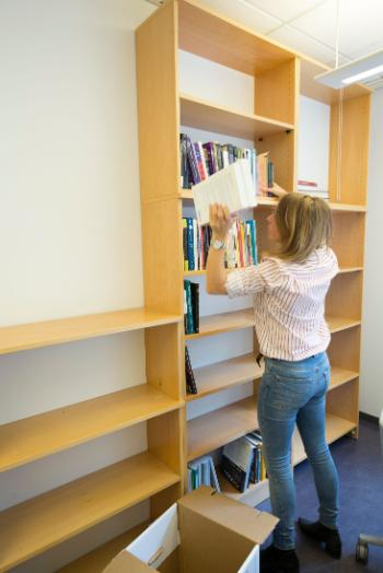 In August RITMO's staff moved into their new premises in Harald Schjelderups hus. Here Ragnhild Brøvig-Hanssen is filling the bookshelves in her new office.